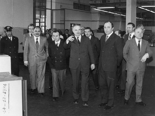 Foto commemorativa dell'inaugurazione dell'ampliamento dell'Istituto Moro